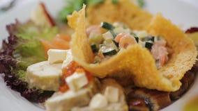 Ελληνική σαλάτα με τα φρέσκα λαχανικά, το τυρί φέτας και τις μαύρες ελιές λευκό πιάτων Εκλεκτική εστίαση στενή σαλάτα επάνω φιλμ μικρού μήκους