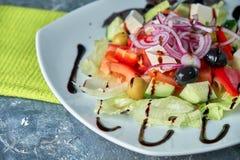Ελληνική σαλάτα με τα φρέσκα λαχανικά, το τυρί φέτας και τις μαύρες ελιές στοκ εικόνα με δικαίωμα ελεύθερης χρήσης