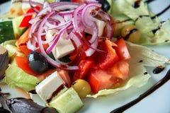 Ελληνική σαλάτα με τα φρέσκα λαχανικά, το τυρί φέτας και τις μαύρες ελιές στοκ εικόνες με δικαίωμα ελεύθερης χρήσης