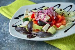 Ελληνική σαλάτα με τα φρέσκα λαχανικά, το τυρί φέτας και τις μαύρες ελιές στοκ φωτογραφία