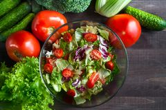 Ελληνική σαλάτα σε ένα κύπελλο γυαλιού Χορτοφάγος σαλάτα Juicy, φρέσκο vege Στοκ εικόνες με δικαίωμα ελεύθερης χρήσης