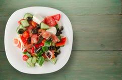 Ελληνική σαλάτα σε ένα ξύλινο υπόβαθρο Στοκ Εικόνα