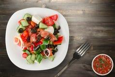 Ελληνική σαλάτα σε ένα ξύλινο υπόβαθρο Στοκ εικόνες με δικαίωμα ελεύθερης χρήσης