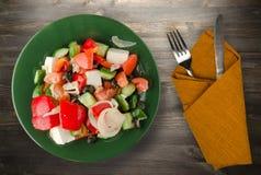Ελληνική σαλάτα σε ένα ξύλινο υπόβαθρο Στοκ Φωτογραφία
