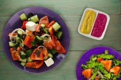 Ελληνική σαλάτα σε ένα ξύλινο υπόβαθρο Στοκ Φωτογραφίες