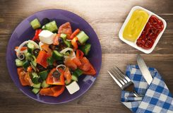 Ελληνική σαλάτα σε ένα ξύλινο υπόβαθρο Στοκ Εικόνες