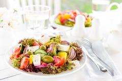 ελληνική σαλάτα Σαλάτα φρέσκων λαχανικών με την ντομάτα, το κρεμμύδι, το αγγούρι, το πιπέρι, τις ελιές, το μαρούλι και το τυρί φέ Στοκ Εικόνες