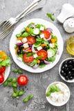 ελληνική σαλάτα Σαλάτα φρέσκων λαχανικών με την ντομάτα, το κρεμμύδι, τα αγγούρια, το βασιλικό, το πιπέρι, τις ελιές, το μαρούλι  Στοκ Φωτογραφίες