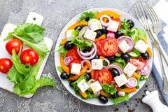 ελληνική σαλάτα Σαλάτα φρέσκων λαχανικών με την ντομάτα, το κρεμμύδι, τα αγγούρια, το βασιλικό, το πιπέρι, τις ελιές, το μαρούλι  Στοκ φωτογραφία με δικαίωμα ελεύθερης χρήσης
