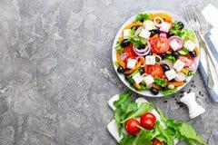 ελληνική σαλάτα Σαλάτα φρέσκων λαχανικών με την ντομάτα, το κρεμμύδι, τα αγγούρια, το βασιλικό, το πιπέρι, τις ελιές, το μαρούλι  Στοκ Εικόνες