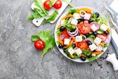 ελληνική σαλάτα Σαλάτα φρέσκων λαχανικών με την ντομάτα, το κρεμμύδι, τα αγγούρια, το βασιλικό, το πιπέρι, τις ελιές, το μαρούλι  Στοκ Φωτογραφία