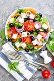 ελληνική σαλάτα Σαλάτα φρέσκων λαχανικών με την ντομάτα, το κρεμμύδι, τα αγγούρια, το βασιλικό, το πιπέρι, τις ελιές, το μαρούλι  Στοκ εικόνες με δικαίωμα ελεύθερης χρήσης