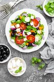 ελληνική σαλάτα Σαλάτα φρέσκων λαχανικών με την ντομάτα, το κρεμμύδι, τα αγγούρια, το πιπέρι, τις ελιές, το μαρούλι και το τυρί φ Στοκ Εικόνες