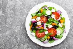 ελληνική σαλάτα Σαλάτα φρέσκων λαχανικών με την ντομάτα, το κρεμμύδι, τα αγγούρια, το πιπέρι, τις ελιές, το μαρούλι και το τυρί φ Στοκ εικόνες με δικαίωμα ελεύθερης χρήσης