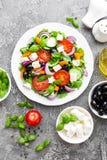 ελληνική σαλάτα Σαλάτα φρέσκων λαχανικών με την ντομάτα, το κρεμμύδι, τα αγγούρια, το πιπέρι, τις ελιές, το μαρούλι και το τυρί φ Στοκ Φωτογραφίες