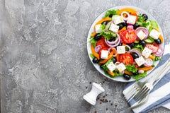 ελληνική σαλάτα Σαλάτα φρέσκων λαχανικών με την ντομάτα, το κρεμμύδι, τα αγγούρια, το πιπέρι, τις ελιές, το μαρούλι και το τυρί φ Στοκ Εικόνα