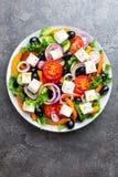 ελληνική σαλάτα Σαλάτα φρέσκων λαχανικών με την ντομάτα, το κρεμμύδι, τα αγγούρια, το πιπέρι, τις ελιές, το μαρούλι και το τυρί φ Στοκ εικόνα με δικαίωμα ελεύθερης χρήσης