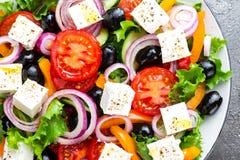 ελληνική σαλάτα Σαλάτα φρέσκων λαχανικών με την ντομάτα, το κρεμμύδι, τα αγγούρια, το πιπέρι, τις ελιές, το μαρούλι και το τυρί φ Στοκ Φωτογραφία