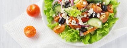 Ελληνική σαλάτα φρέσκων λαχανικών με το μπουκάλι πετρελαίου, πρότυπο κάλυψης για Στοκ Εικόνες