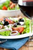 ελληνικό κρασί σαλάτας στοκ εικόνα