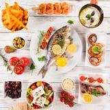 Ελληνικό υπόβαθρο τροφίμων Παραδοσιακά διαφορετικά ελληνικά πιάτα, τοπ άποψη στοκ εικόνα