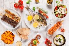 Ελληνικό υπόβαθρο τροφίμων Παραδοσιακά διαφορετικά ελληνικά πιάτα, τοπ άποψη στοκ εικόνες