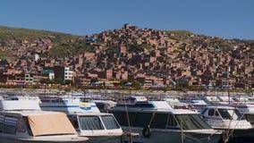 Ελλιμενισμένα σκάφη στο λιμένα Puno, λίμνη Titicaca, Περού απόθεμα βίντεο