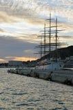Ελλιμενισμένο παλαιό πλέοντας σκάφος που δένεται σε μια αποβάθρα στο ηλιοβασίλεμα Στοκ εικόνα με δικαίωμα ελεύθερης χρήσης