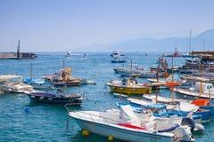 Δεμένα motorboats ευχαρίστησης στο λιμένα του νησιού Capri Στοκ φωτογραφία με δικαίωμα ελεύθερης χρήσης