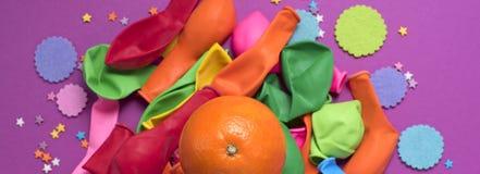 Εμβλημάτων εορταστική αφισών υπεριώδης ακτίνα υποβάθρου καρναβαλιού κομφετί μπαλονιών πορτοκαλιά Στοκ φωτογραφίες με δικαίωμα ελεύθερης χρήσης