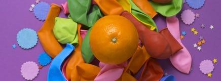 Εμβλημάτων εορταστική αφισών υπεριώδης ακτίνα υποβάθρου καρναβαλιού κομφετί μπαλονιών πορτοκαλιά Στοκ Εικόνες