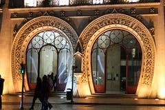 Εμβληματική πόρτα σταθμών Rossio τη νύχτα στοκ φωτογραφία