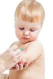Εμβολιάζοντας αγοράκι γιατρών που απομονώνεται σε ένα λευκό Στοκ Εικόνες