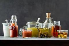 Εμβυθίσεις και μαριναρίσματα στις διάφορες γεύσεις και τα βάζα Στοκ Εικόνες