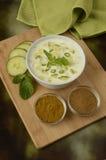 Εμβύθιση και συστατικά γιαουρτιού Raita Στοκ φωτογραφία με δικαίωμα ελεύθερης χρήσης