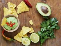 Εμβύθιση του αβοκάντο guacamole και των τσιπ καλαμποκιού στοκ εικόνα με δικαίωμα ελεύθερης χρήσης
