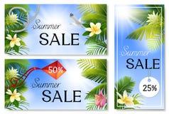 Εμβλήματα θερινής πώλησης με τα φύλλα φοινικών και τροπικά λουλούδια Στοκ Φωτογραφίες