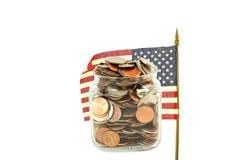 Εμείς ή αμερικανική σημαία που κυματίζουμε με τα χρήματα ή το νόμισμα Στοκ φωτογραφία με δικαίωμα ελεύθερης χρήσης