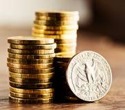 Εμείς νόμισμα δολαρίων τετάρτων και χρυσά χρήματα Στοκ εικόνες με δικαίωμα ελεύθερης χρήσης