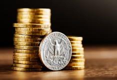 Εμείς νόμισμα δολαρίων τετάρτων και χρυσά χρήματα Στοκ Φωτογραφία