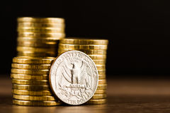 Εμείς νόμισμα δολαρίων τετάρτων και χρυσά χρήματα Στοκ Φωτογραφίες
