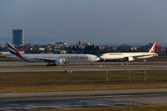 Εμιράτα εναντίον Τούρκος αερογραμμών Στοκ εικόνες με δικαίωμα ελεύθερης χρήσης