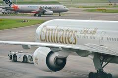 Εμιράτα Boeing 777-300ER που ωθούνται πίσω στον αερολιμένα Changi Στοκ εικόνα με δικαίωμα ελεύθερης χρήσης