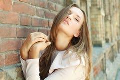 Εμπαθές ελκυστικό νέο κορίτσι στοκ εικόνες με δικαίωμα ελεύθερης χρήσης