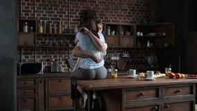 Εμπαθές ερωτευμένο αγκάλιασμα ζευγών στην κουζίνα απόθεμα βίντεο