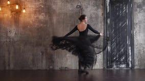 Εμπαθής γυναικείος χορευτής στο στούντιο απόθεμα βίντεο