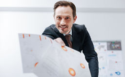 Εμπαθής επιχειρηματίας που ρίχνει το έγγραφο περίπου στον εργασιακό χώρο Στοκ Εικόνα