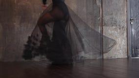 Εμπαθής θηλυκός χορευτής σε ένα μαύρο φόρεμα απόθεμα βίντεο
