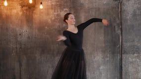 Εμπαθής θηλυκός χορευτής σε ένα στούντιο απόθεμα βίντεο
