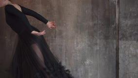 Εμπαθής και χρηματοδοτημένη του ταλέντου η γυναίκα χορευτών εκπαιδεύει σε μια χορεύοντας κατηγορία φιλμ μικρού μήκους